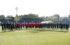 Jugadores y cuerpo técnico del Barcelona realizan un minuto de...