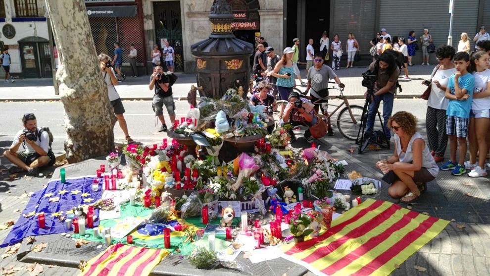 Ofrenda floral en Canaletas, en honor a las víctimas del atentado en...