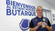 José Federico Anguís Herrero muestra las llaves de bUTARQUE