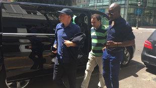 Los agentes de Murillo y Kongdobia llegando a ala sede del Valencia