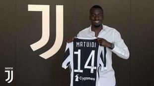 Matuidi posa con la camiseta de la Juventus.