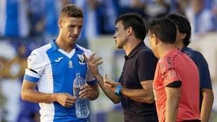 Garitano da indicaciones a Ruben Pérez en el partido ante el Alavés.