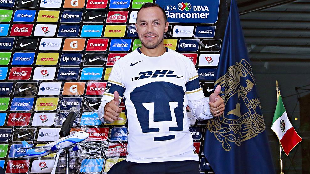 Así posó con la playera de los Pumas en su presentación.