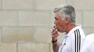 Carlo Ancelotti (58) fumando en una concentración