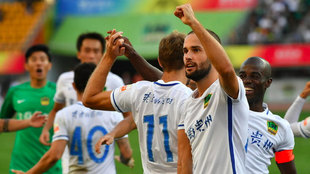 Mario Suárez celebra con la grada el tanto de la victoria del Guizhou...