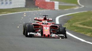 Vettel sufre un pinchazo en la carrera de Silverstone.