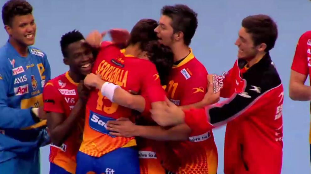 La selección española celebra la victoria ante Croacia