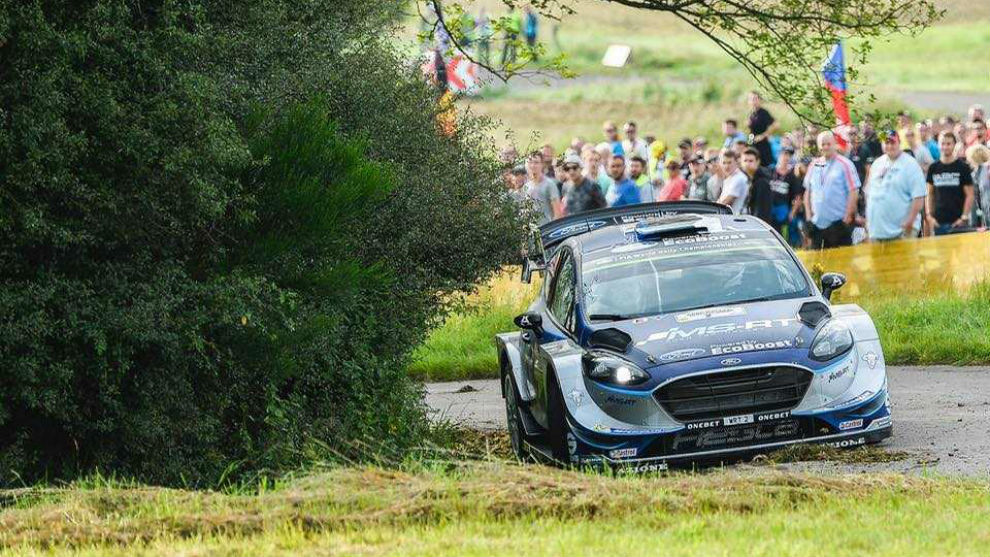 El piloto estonio, mordiendo una cuneta con su Ford. M-Sport