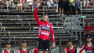 Rohan Dennis con el maillot rojo de líder de la Vuelta.