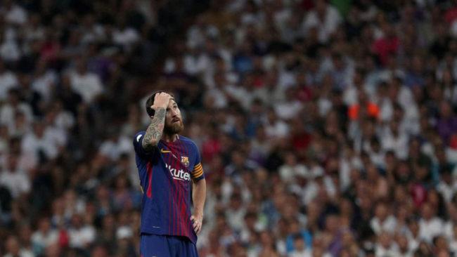 Messi (30) se lamenta tras la derrota del Barcelona en el Santiago...
