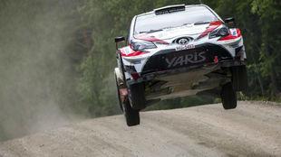 Lappi da un salto con su Toyota Yaris en el Rally de Finlandia.