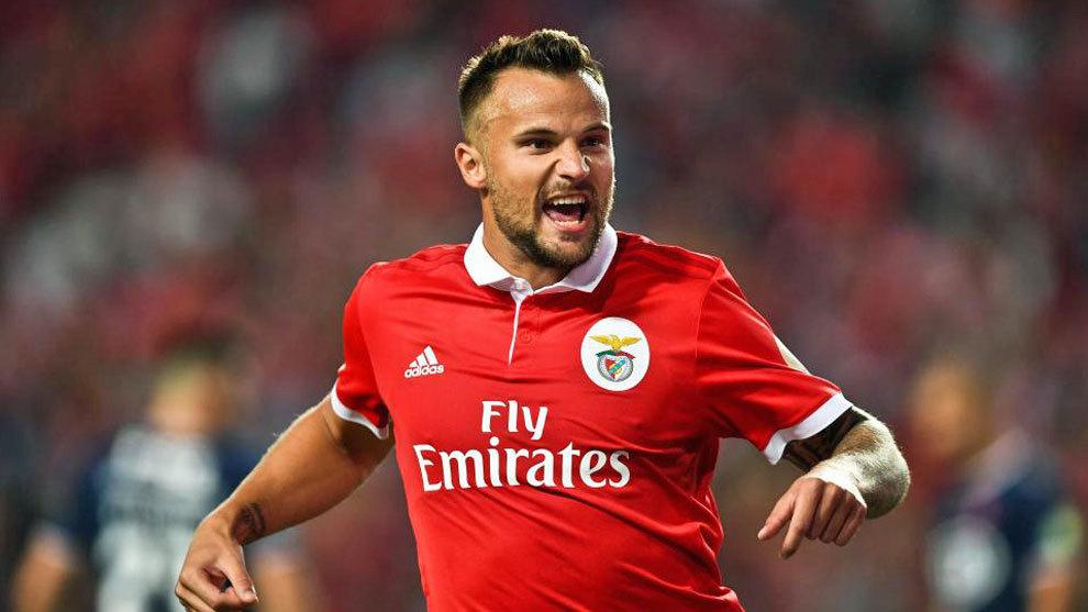 Seferovic celebrando un gol con el Bénfica