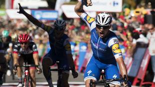 Yves Lampaert celebrando en meta su triunfo de etapa.