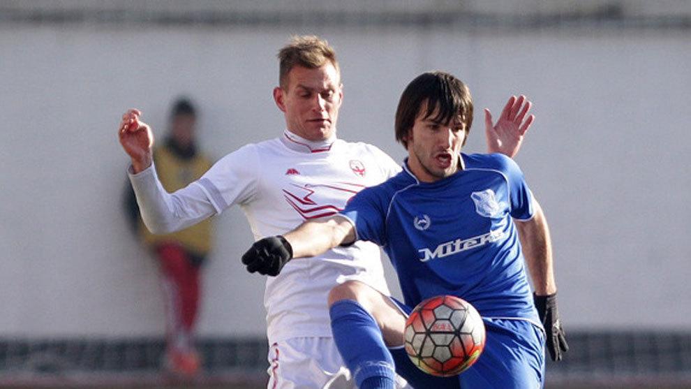 Sasa Jovanovic controla el balón ante la oposición de un rival.