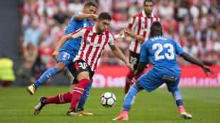 Unai Núñez se lleva el balón ante la presión de Fajr y Amath.