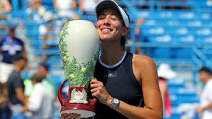 Garbiñe, con el trofeo