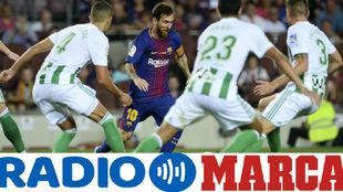 Leo Messi regatea a los jugadores del Betis en el Camp Nou
