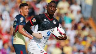 Julián Quiñones en festejo de gol durante el partido ante América.