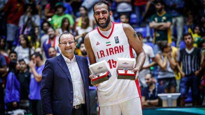 Haddadi recibiendo el premio al MVP de la FIBA Asia Cup 2017