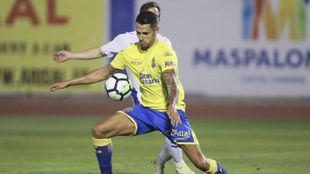 Vitolo disputa un balón con la camiseta de Las Palmas