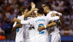 Los jugadores del Madrid celebran un gol en Riazor.