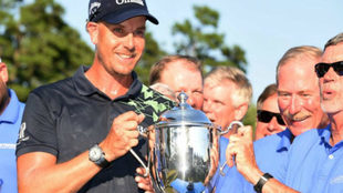 Henrik Stenson posa con el trofeo que le acredita como ganador del...