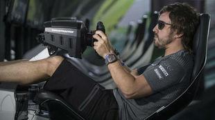 Alonso entrena en un simulador en Bakú.