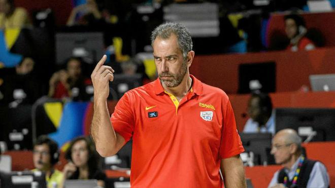 Orenga dirigiendo un partido de la selección española en el Mundial...