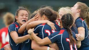 Abrazo del equipo de Hong Kong tras la derrota por 39-15 contra Gales.