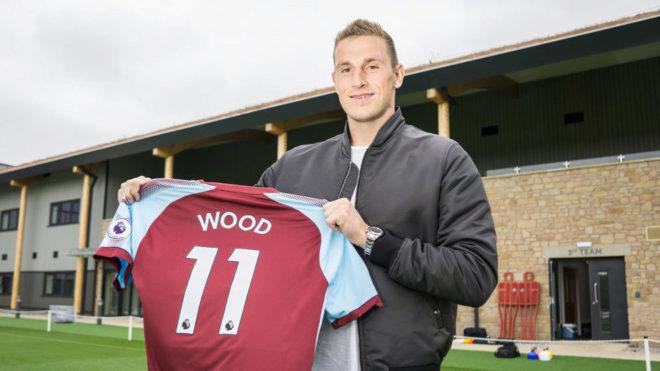 Wood posa con la camiseta del Burnley.