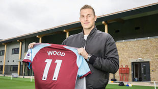Wood posa con la camiseta del Burnley.