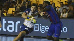 Marc Cañellas ante Dika Mem en el Granollers-Barça de la Copa del...