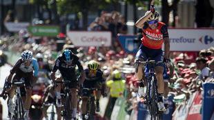 Nibali celebrando su triunfo con el gesto del tiburón.