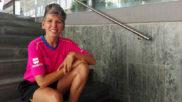 Raquel González (36), posa con su equipación de árbitro