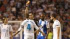 González González muestra la tarjeta roja a Sergio Ramos en el...