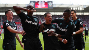 Los jugadores del West Ham, celebrando uno de los goles de Chicharito.