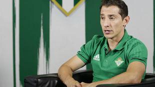 Andrés Guardado, durante una entrevista en la tv del Betis.