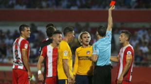 Mart�nez Munuera muestra la tarjeta roja a Griezmann.