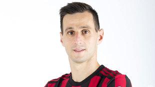 Kalinic posa con la camiseta del Milan