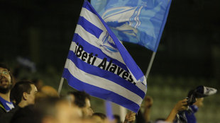 Afición del Alavés ondea la bandera del equipo
