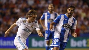 Borges (29) disputa un balón con Modric en el partido entre el Dépor...