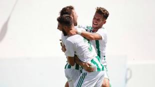 Los juagadores del Betis Deportivo celebran un gol.