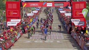Llegada a meta de los ciclistas en la cuarta etapa.