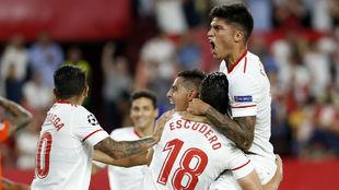 Los jugadores del Sevilla celebran el tanto de Escudero (27).