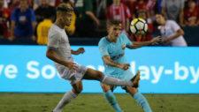 Pereira pelea un bal�n el barcelonista Dign�