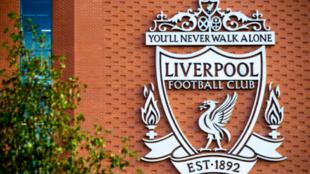 El escudo del club inglés en la fachada de Anfield.