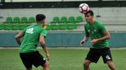 Mandi, a la derecha, en un entrenamiento con el Betis.