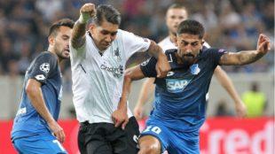 Roberto Firmino pugna por un balón con Kerem Demirbay.