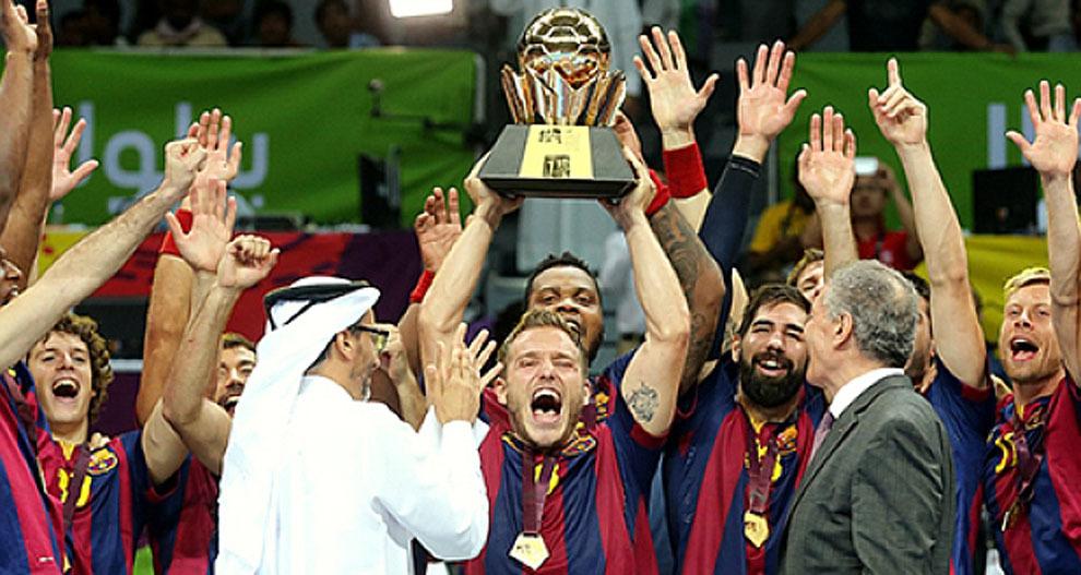 Víctor Tomás levanta el trofeo tras conquistar el Barcelona la Super...