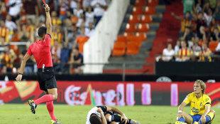 Halilovic ve la tarjeta roja en el partido de Mestalla.